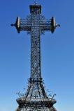 Cruz na perspectiva no céu azul Fotografia de Stock Royalty Free