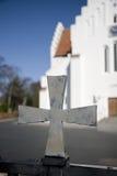 Cruz na porta da igreja imagem de stock royalty free