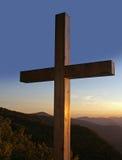 Cruz nas montanhas. fotografia de stock