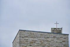 Cruz negra en la aguja de la iglesia imágenes de archivo libres de regalías