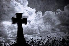 Cruz no cemitério, fundo de Grunge de Halloween Fotos de Stock Royalty Free