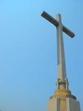 A cruz no fundo do céu azul Imagem de Stock