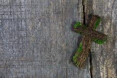 Cruz o crucifijo de madera en un fondo para una tarjeta de la condolencia Imagen de archivo