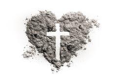 Cruz o crucifijo en el símbolo del corazón hecho de la ceniza Imágenes de archivo libres de regalías
