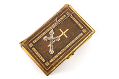 Cruz ornamentado em uma Bíblia Fotos de Stock Royalty Free