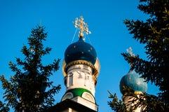 Cruz ortodoxa Bóveda azul de la iglesia Fotos de archivo libres de regalías