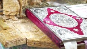 Cruz ortodoxa con la biblia en iglesia almacen de metraje de vídeo