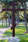 Cruz ortodoxa de la adoración en el parque fotografía de archivo