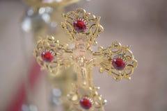 Cruz ortodoxa de oro adornada en una iglesia rumana, en Brasov, Rumania fotos de archivo libres de regalías