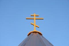 Cruz ortodoxa en el cielo azul Foto de archivo