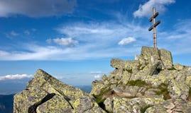 Cruz ortodoxa en la cima de la montaña Imagen de archivo libre de regalías