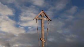 Cruz ortodoxo contra o céu com nuvens vídeos de arquivo