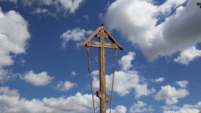 Cruz ortodoxo contra o céu com nuvens video estoque
