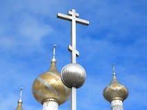 Cruz ortodoxo de encontro ao céu azul Fotos de Stock Royalty Free