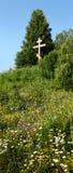 Cruz ortodoxo solitária em um prado verde foto de stock royalty free