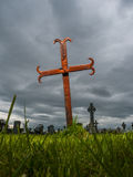 Cruz oxidada de la lápida mortuaria del metal Imagenes de archivo