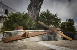 Cruz pela crucificação que encontra-se na terra foto de stock royalty free