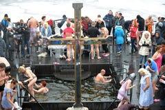 Cruz perto do furo da água de gelo Imagem de Stock Royalty Free