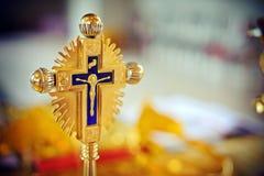 Cruz plateada oro dentro de una iglesia Imagenes de archivo