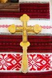 Cruz preparada para a cerimônia na igreja imagens de stock royalty free