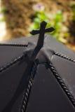 Cruz preta em um castiçal antigo Imagem de Stock