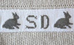 Cruz-puntada del conejito de pascua en la manta del algodón. Imagen de archivo libre de regalías