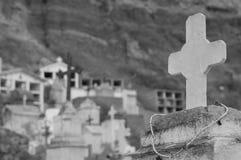 Cruz rústica com o colar no cemitério religioso Imagem de Stock Royalty Free