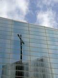 Cruz reflejada en el edificio de cristal Foto de archivo