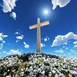 Cruz rodeada por las flores imagenes de archivo