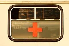 Cruz Roja en ventana imagenes de archivo