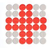 Cruz Roja hecha con las píldoras rojas y blancas Fotografía de archivo
