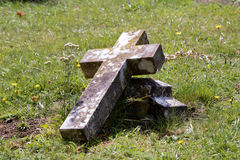 Cruz rota lápida mortuaria Fotos de archivo libres de regalías