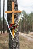 Cruz santamente em uma estrada de terra no trajeto arenoso florestado l da floresta A fotos de stock