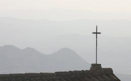 Cruz silueteada en tejado Imagenes de archivo