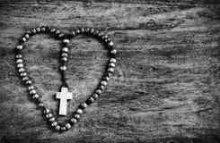 Cruz simple dentro de la forma del corazón - B&W Foto de archivo