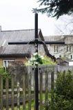 Cruz velha na vila Imagem de Stock