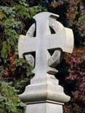 Cruz velha no cemitério foto de stock royalty free
