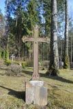 Cruz velha no 19o - cemitério do século XX Fotografia de Stock