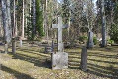Cruz velha no 19o - cemitério do século XX Fotos de Stock Royalty Free