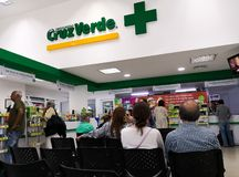 Cruz Verde apotek eller apotek i Medellin Colombiansk vårdsystem arkivbild
