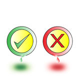 Cruz vermelha e tiquetaque verde como verdadeiro e falso no fundo branco Imagens de Stock