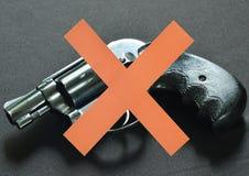 Cruz vermelha na frente do revólver para a anti violência armada e crime Fotos de Stock Royalty Free