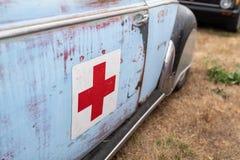 Cruz vermelha no carro de volkswagen fotografia de stock royalty free