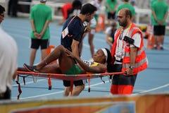 Cruz vermelha que fornece primeiros socorros ao atleta ferido Fotografia de Stock Royalty Free