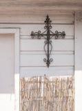 Cruz y bambú del hierro labrado Fotos de archivo libres de regalías