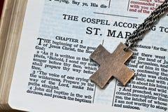Cruz y biblia Imágenes de archivo libres de regalías