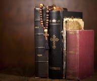Cruz y biblias Imagenes de archivo