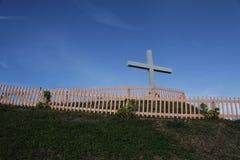 Cruz y cerca en la colina Fotos de archivo libres de regalías