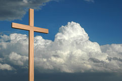 Cruz y cielo imagenes de archivo
