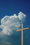 Cruz y cielo de madera Foto de archivo